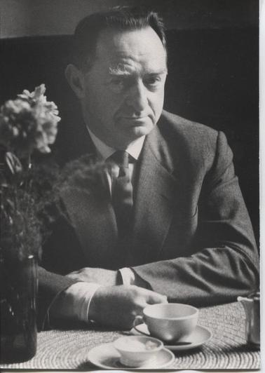 Nachlass Hermann Kesten, Münchner Stadtbibliothek. Monacensia. Literaturarchiv  Hermann Kesten 60-jährig in einem Römer Café